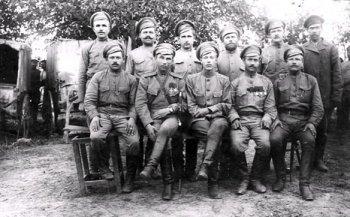 Михаил Иванович Тверитинов в кругу сослуживцев в период Первой мировой войны.<br /> Предположительно лето 1917 г.
