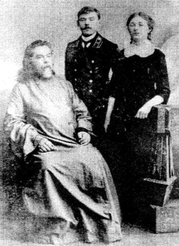 Священник Иоанн Солидов с дочерью гимназисткой-Клавдией (прадед и бабушка Жени Каширина) и кузеном её Сергеем Асписовым. 1910-е годы.