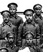 Прапорщик Евгений Пищулин (средний ряд, второй слева) среди личного состава роты, 1916 г.