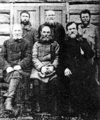 Рязанские священники в ссылке в г. Пинега. Крайний слева во втором ряду стоит Е.И. Пищулин, 1932 г.