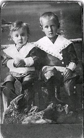 Сыновья Михаила Ивановича Дмитрий и Алексей Тверитиновы.    Фото 1915 г.