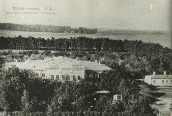 Здесь учился и пел в хоре Александр Чернышев. Построенный в 1871 году дом для  учительской семинарии (ныне перед ним расположен монумент Победы) остался верен своему  предназначению до сего дня