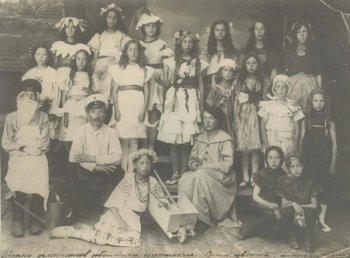 Группа участников юбилейного спектакля «Среди цветов», поставленного А.В. Чернышевым. 1916 год