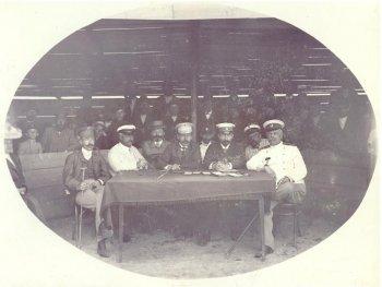Сергей Павлович фон-Дервиз в своём имении Кирицы (третий справа)