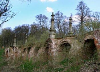 Каменный мост через овраг, ведущий к «Красным воротам»