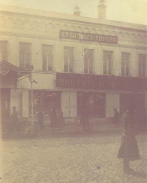 До 1908 года гимназия Екимецкой занимала второй этаж<br /> торгового дома братьев Шульгиных на улице Почтовой