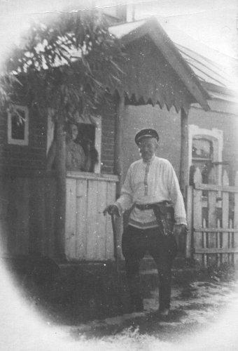 Кирилл Кузьмич Погорелов у крыльца дома