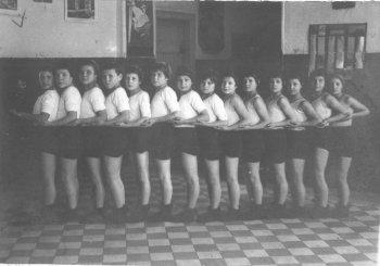 В фойе детского дома. 30-е годы прошлого века.