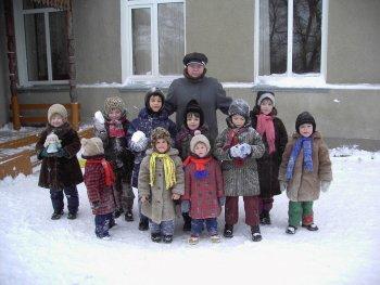 Антонина Петровна Шицкова с дошкольной группой детского дома. Фото Т.В.Шустовой.