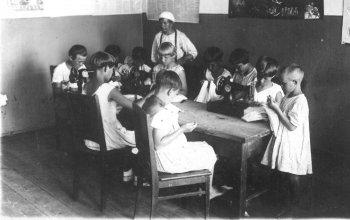 В швейной мастерской. 30-е годы прошлого века.