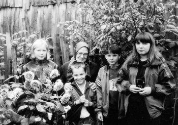 Анна Ивановна Киселева с детьми. Екатерина Петухова крайняя слева. Фото Т.В.Шустовой.