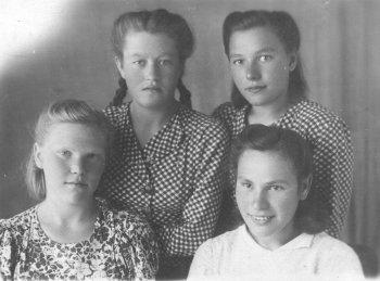 Мария Илларионовна Романова (в первом ряду справа)