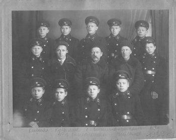 Кирилл Кузьмич Погорелов (второй ряд в центре) с воспитанниками Шереметьево-Песочинского детского дома в реальном училище. 1939 г.
