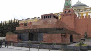 Мавзолей Ленина – типичное культовое сооружение в виде миниатюрной семиступенчатой пирамиды.
