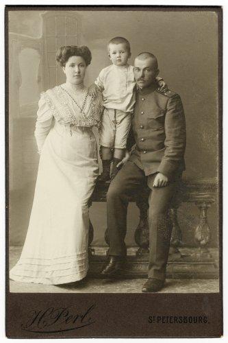 Константин Иванович Рябцев с семьёй (1910 г.)