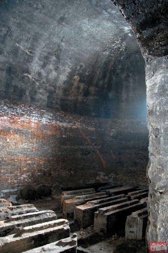 когда-то на этих бетонных «надгробиях» стояли мерные емкости с декалитрами чистейшего спирта!