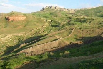 Это ладьевидное образование вулканического происхождения на склоне Арарата многие считают окаменевшим остовом Ноева ковчега.