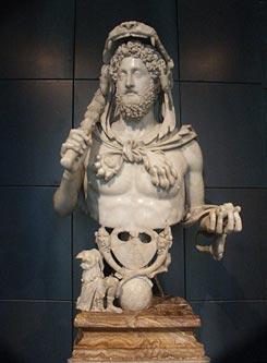 Себя Коммод мнил новым воплощением Геракла, а потому велел изображать себя с дубиной и в львиной шкуре.