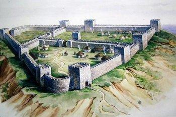 Внутреннее пространство хазарских пограничных замков делилось на сектора: двор для гарнизона и постоянных жителей, двор для гостей и загон для рабов.