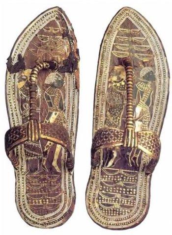 На подошвах парадных сандалий фараонов изображались связанные враги Египта еврей и нубиец, дабы фараон ритуально попирал их во время церемоний (артефакт тщательно скрывается по соображениям политкорректности).