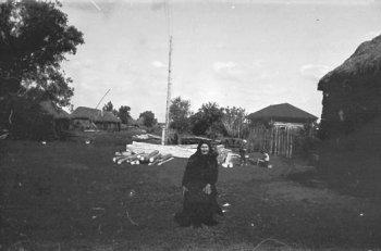 фотография части Нижней Слободы, сделанная в 1966 году от дома Мордвиновой (Фроловой) Пелагеи Петровны (она на фотографии) в сторону Можар