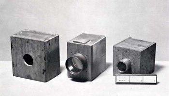 Первый фотоаппарат (камера-обскура ) 1840-х годов.
