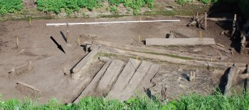 Рис. 2. Место находки креста-реликвария. Восточный участок Житного раскопа на уровне -360 см. Вид с юга.