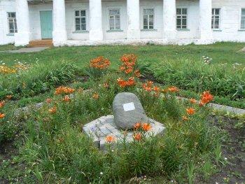Фото 2. Такой камень лежит в  центре Рязанской области