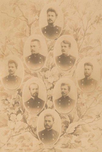 Крайний слева – Василий Маковский