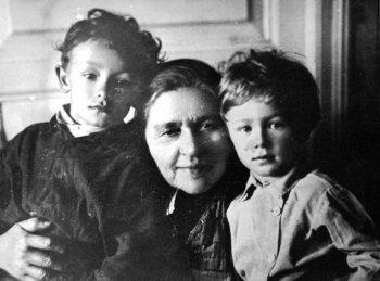 Марфа Пирогова с внуками Олегом (слева) и Ярославом. Фото из собрания Евгения Николаевича Каширина.