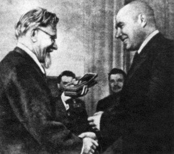 М. И. Калинин вручает А. Н. Ларионову Орден Ленина и Золотую медаль Героя Социалистического Труда.