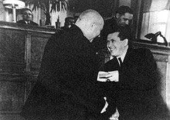 А. Н. Ларионов вручает награду известному педагогу А. М. Толченкину.
