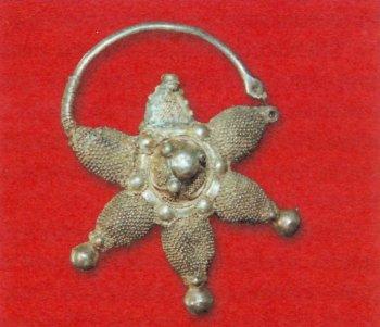 Височная подвеска-колт. Серебро, XII век.
