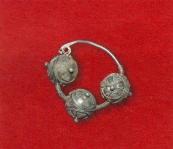 «Трехбусинное» височное кольцо. Серебро, XII век.