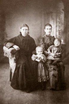 Священник Петр Надеждин с женой Марией, урожденной Левитовой, и детьми. Фото 1892 года из семейного архива.