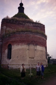 внучки отца Петра - Вера, Любовь и Лидия Васильевны,  урожденные Надеждины, у могилы деда при храме Архенгела Михаила.    Фото 2000 года.