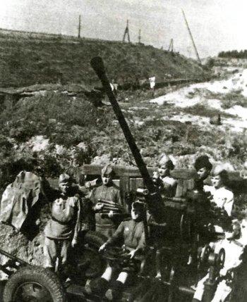 Занятия по изучению зенитного орудия у Кремлевского вала. В центре за орудием—рязанка С. И. Ялымова, 1943 год.