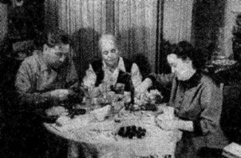 Новогодний ужин в рязанской квартире Солженицына, 1957-1958 г. Фотокопия из архива Н.А. Решетовской