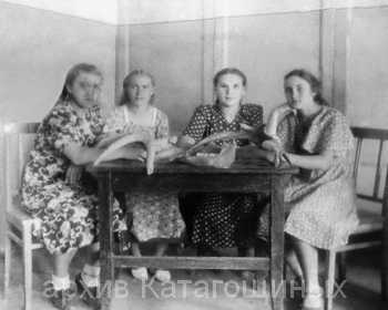 Участницы историко-краевеческого кружка, крайняя справа О. Б. Катагощина, начало 50-х годов