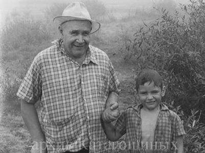 Б.И.Катагощин с внуком на р. Проня. Михайлов, 1972 год