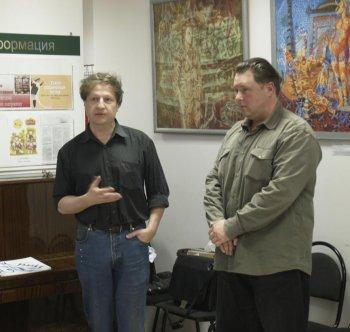 На фото Вилли Мельников(слева) и Алексей Акиндинов(справа) на персональной выставке Алексея 'Второе приближение'