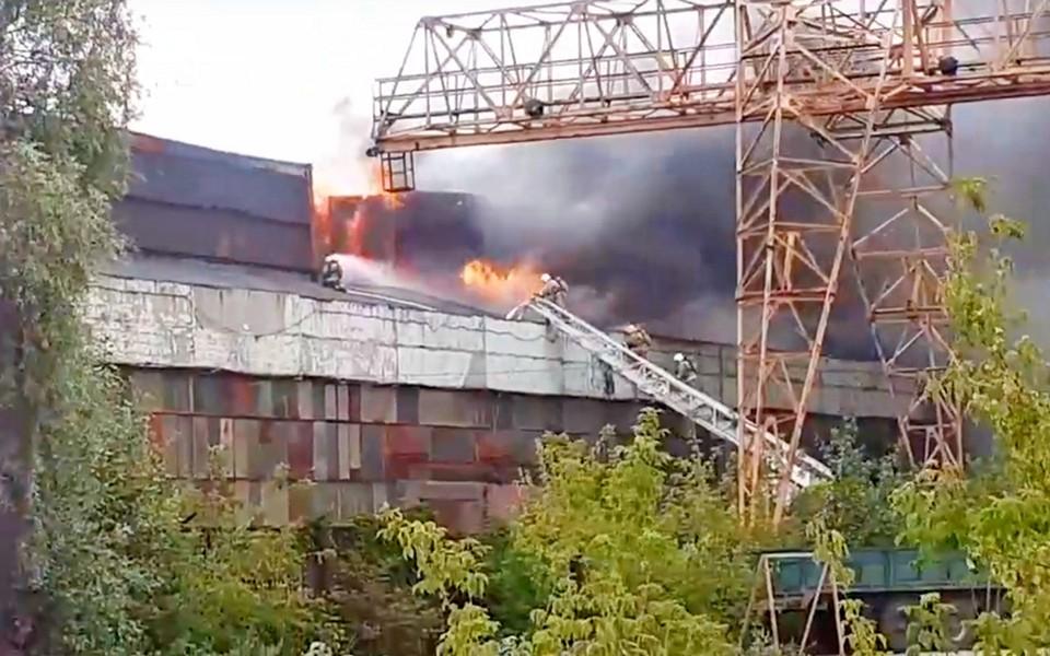 Видео: Площадь пожара на Комбайновом заводе достигла 500 квадратных метров